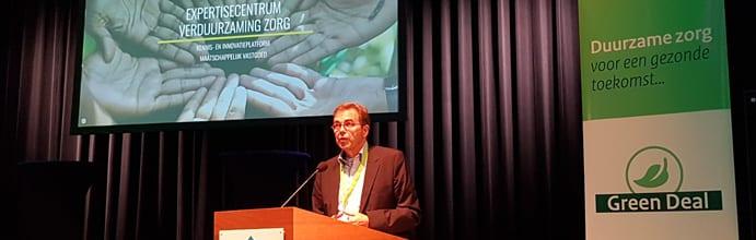 Léon Wever lanceert het expertisecentrum verduurzaming zorg op het congres van de Green Deal Duurzame Zorg.